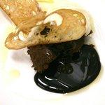 Teja de pan con texturas de chocolate, aceite y sal