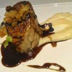 Codillo de Cerdo deshuesado y cocinado a baja temperatura relleno de papada, chutney de piña y c