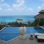 Blick vom Sitzplatz über Pool auf den indischen Ozean