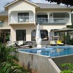 Blick aus dem Gartenpavillion auf Pool und Villa