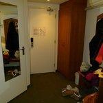 La porte d'entrée et celle de salle de bain (gauche) + porte manteau et armoire