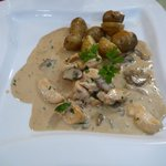 Main course of chicken with mushrooms and rosemary potatoes