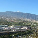 Rückseite des Hotels: Blick auf El Teide und die Autobahn