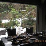 庭の雪景色を見ながらの朝食