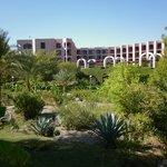 Vue de l'hôtel et ses jardins