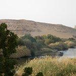 Vue prise du balcon, sur le désert et le mausolée de l'Aga Khan