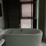 salle de bain avec baignoire et une douche