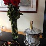 Champaña helada y ramo de rosas