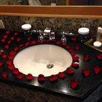 Baño decorado con pétalos