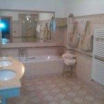 bagno separato tra water e bidèt e zona doccia-lavandini