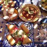 Briouate, poulet aux petits pois et artichauts