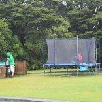 La trampoline et les bacs de recyclage
