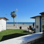 brede strand en de huisvesting van de officials