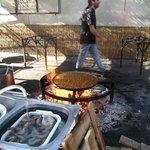 een verse pan paella in voorbereiding