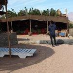 spiaggia con tenda beduina