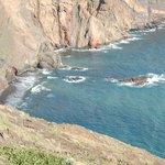 abgeschiedener Strand mit schwarzem Sand, bei den Einheimischen sehr beliebt