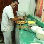 En direct des coulisses de chez Rico Pizza, découvrez notre chef à l'oeuvre! Bonne dégustation!