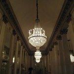 Lustre de cristal na escadaria que dá acesso aos camarotes do teatro