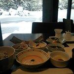 雪景色の日本庭園を眺めながらの朝食