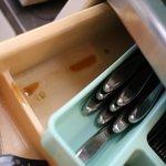 ふとトレイを持ち上げたら、ドロっとしたタレのような汚れが。