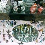 ショウウインドウの一例。ガラス細工の工房兼店舗の展示状況