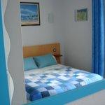 Chambre double aux couleurs acidulées