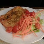 Salmone in crosta con contorno di verdure