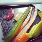 Sushi-Kurs: Der Chef zeigt wie man Fisch & Gemüse verarbeitet bevor es eingerollt wird.