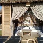 Такие уютные домики можно найти на территории отеля, недалеко от моря