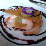 Une entrée d'un menu du jour : millefeuille au guacamole et crevettes