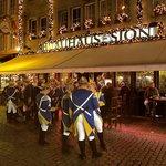 """Вход в Сион с рождественскими украшениями. Перед входом- карнавальная """"гражданская гвардия""""."""