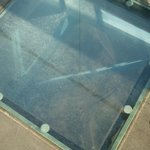 橋の途中の下を覗けるガラス窓です。