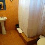 Salle d'eau minable, rien pour poser les affaires de toilette , lavabo de 40 cm !