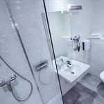 salle de bain avec douche ou baignoire