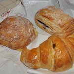 Pasticceria Dal Mas: bombolone crema-pera-cioccolato, saccottino al mirtillo e croissant marmell