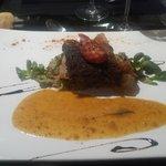 Dos de cabillaud confit au chorizo, fondue de poireaux à la crème et graines de moutarde à l'anc