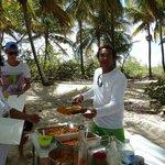 pique nique sous les cocotiers avec notre navigateur Jean-François