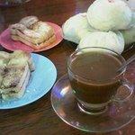 Tersedia kopi susu, biapong ba, biapong temo, roti bakar isi mentega gula/ srikaya/ coklat keju
