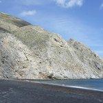 黒っぽい砂が印象的なビーチ