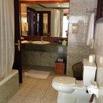 Ванная комната, половина под открытым небом