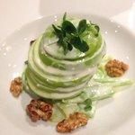 Салат из яблока и сельдерея под соусом из голубого сыра
