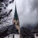 Церковь с колокольней рядом с гостиницей.