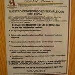 Letrero de restricciones del hostal.