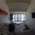 La habitación bastante angosta