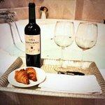 Suite, habitación con jacuzzi y botella de Rioja con dos copas, detalle de la casa