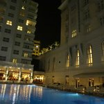 Area da piscina e restaurante a noite