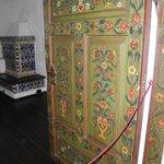 Двери расписаны растительным орнаментом