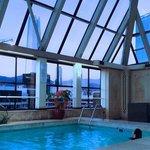 Deliciosa piscina climatizada, com belissima vista.