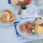 Наш завтрак возле бассейна)