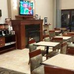 Acogedora área del desayuno, con chimenea y televisión